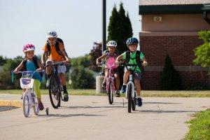 ילדים רוכבים על אופני TREK בדרך לבית ספר